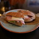 新木珈琲店 - 十六穀パンの野菜サンド