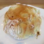 ドンク - 料理写真:淡路の玉葱パン 195円
