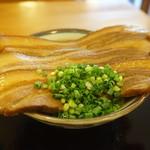 DEN - 三枚肉そばUP 肉で麺とつゆが見えない(^_^;)