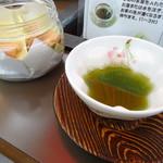 清本園 - ドリンク写真:サービスのお茶とお菓子