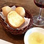 バルカ - ランチのパンも意外に美味しい。オリーブオイルには(おそらく)岩塩が入っていて、パンにつけて食べると味のアクセントになっていた。いいかも知れない。
