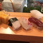 入船寿司 - 料理写真:ランチにぎりの一部(右から時計回りにイカ、づけマグロ、マダイ、タイラギ、玉子焼き)