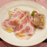サンク・オ・ピエ - 料理写真:32℃豚の自家製スモークロースハムと生ベーコン、すね肉のゼリー寄せテリーヌ、サラダ添え