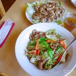 四川亭 - 回鍋肉、油淋鶏(各税込980円・サラダバー付)