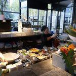 Zense - サラダカウンター内では料理の準備が勢い良く行われていました。