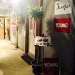 YOUNG - 手前のプレハブ小屋ではなく、奥に明るいカフェ風のお店があります。