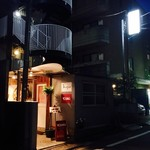 YOUNG - 下北沢西口からは徒歩5分。赤い「YOUNG」の看板が目印。私達は北口から商店街を通ってお店に向かいました。