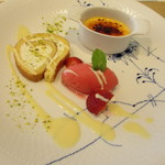 70123322 - DESSER~シェフのおまかせデザートの盛り合わせ~クレームブリュレ フランボワーズのアイスクリーム ピスタチオを使ったロールケーキ