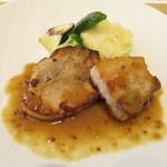 エクラタン - 神戸ポークのコンフィーとキタアカリの付け合せ 粒マスタードをきかせたソース