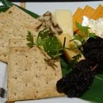 TAKU - ちょっと変わったチーズの盛り合わせと枝付きレーズン