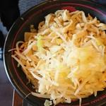 70127208 - 紅つけ麺の麺。                       もやしがてんこ盛り♪Ю―(^▽^o) ♪