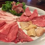 焼肉の本丸 - 料理写真:焼肉盛り合わせ二〜三人2200円 ロース・カルビ・トントロ・とり・ミノ
