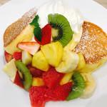 幸せのパンケーキ - *季節のフルーツパンケーキ1390円