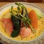KATZ - ◆小さなお野菜のココナッツカリー(950円)+紅ショウガ天(50円) 通常のハーフサイズで、ご飯とルーが一緒に盛られています。