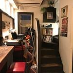 ビストロカプリシュー - 1階カウンター席から2階への階段を眺める。あと2年はこの場所に店を構える、とのことでした。