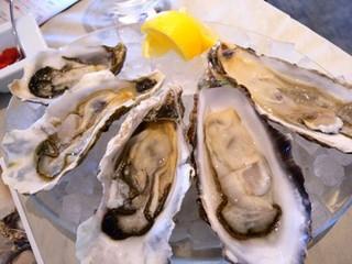ハカタステーション オイスターバー - 本日入荷の生牡蛎全種盛り合わせ ¥1900