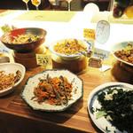 食彩健美 野の葡萄 天神イムズ店 - 切干大根・ワカメの酢の物・煮凝り・ひじきの煮物・煮豆・南蛮漬け・青菜のお浸し・肉じゃがなど。
