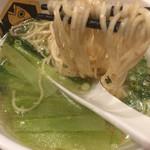 真鯛らーめん 麺魚 - スープに麺をつけて