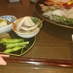 設楽 - 2017.07茶豆の奥にあった寿司が酒に…