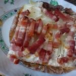 ゴントラン シェリエ - ◆パイ風タルトフランベ(300円:内税)・・これ以前購入して美味しかったのですよ。 底はパイ生地が敷かれ、その上にクリームチーズ、オニオンスライス、焼いたベーコンが盛られています。