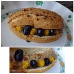 ゴントラン シェリエ - ◆黒糖柚子ヴィエノワ(280円:内税)・・黒糖と柚子胡椒風味のクリームや黒豆などが挟まれています。 パンも小ぶりですけれど、クリームも少ないですね。