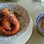 洋食勝井 - ペアランチ ガーリックトーストとフライ盛り合わせ。見えてませんが、野菜のソテー?が一緒にそえてあります。モロヘイヤとか、この辺りで採れたものかな?