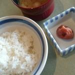洋食勝井 - ごはんと梅干しと豚汁。はちみつ梅です。豚汁も具がしっかり。