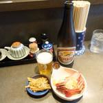 支那そば めでた屋 - 瓶ビール500円、無料のメンマ、おつまみチャーシュー400円