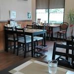 町田 最後に炒める第3のカレー★マウンテン - 開放的な店内