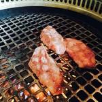 特選和牛と産直野菜 牛炙  - カウンターに埋め込みの無煙ロースター、おひとりさまでもいけますなっ