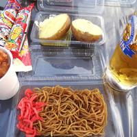 立川天空ビアガーデン-焼きそば、生ビール、じゃがバター、唐揚げ、お菓子。