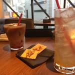 kawara CAFE&DINING - 左から フランボワーズラテ 580円、お通し、ゆずハイボール 550円