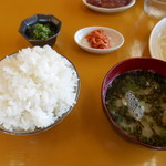 地鶏食堂 - 三種盛り定食の ゴハン&みそ汁&小鉢♡