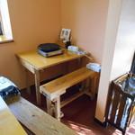 地鶏食堂 - 独りテーブル席