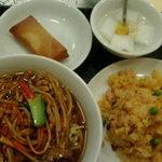 Manshinsaikan - ランチ、豚肉細切り麺と五目チャーハンと春巻きと杏仁豆腐