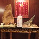 中国料理 皇家龍鳳 - 入り口のさめのデコレーション