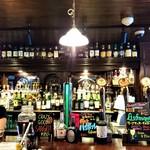 マンインザムーン - カウンターには、生ビールのタップが10タップあり、世界の生ビールが10種類呑める~!!o( ̄▽ ̄)ノ