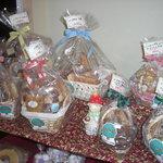 パイの樹 - ちょっとしたプレゼントにバスケットに入った焼き菓子の詰め合わせはいかがですか。