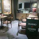パニーノ・ジュスト - 書店の前のオープンでごくカジュアルな店