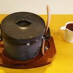 ルナ カフェ - かき氷のイチゴは鍋の容器に入っています