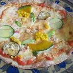 石臼挽き蕎麦香房 山の実 - 季節のピッツァ(旬の夏野菜4種とベーコン・トマトソースの彩り豊かなピッツァ)