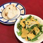 オステリア・バッカーノ - ランチセットのサラダとパン