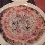 PICO 江ノ島店 - シラスのピザ。サザエものっていた。