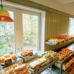 シロクマベーカリー - 内観写真:北海道産小麦100%のパンを、60種類以上提供しています。店内の窯から随時焼きたてをお出しします。
