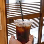 スウィング バイ コーヒー - 続いて飲んだケニアマサイ豆を使用したアイスコーヒー350円は、フルーティーな風味が特徴の豆を使ったことに加えて浅煎りなのか、酸味が効いてスッキリキリリな一杯。
