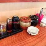 ラーメンSHOP 祭尾商店 - 卓上の調味料。