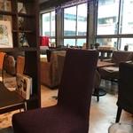 カフェ・オハナ - 意外と広くて明るい