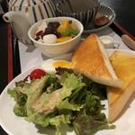 あべまき茶屋 - トーストにサラダ、ゆで卵もいますが、あんみつが主役です!
