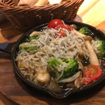 スペイン食堂MARU。個室×炭火焼 バル - たっぷりしらすと野菜のアヒージョ