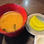 はなふさ - 味噌汁と漬物:とんかつ定食